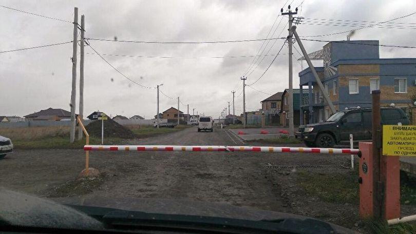 Жителям деревни Чурилово приходится платить за то, чтобы подъехать к своим домам