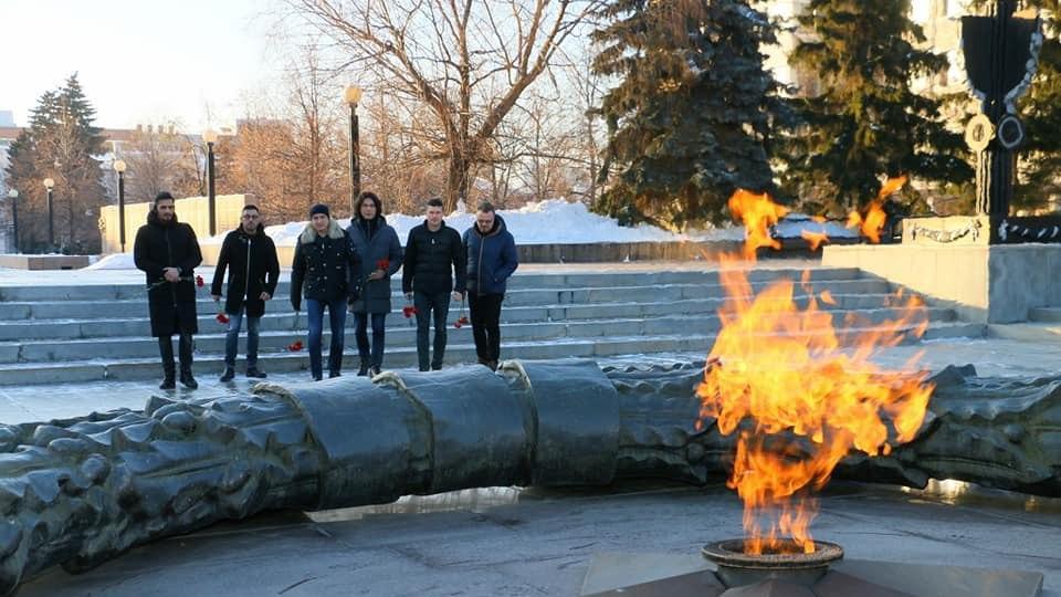 Артисты «Хора Турецкого» возложили цветы к Вечному огню в Челябинске