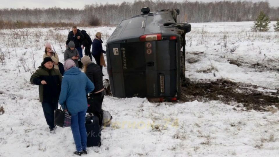 Пассажирский автобус перевернулся на трассе под Челябинском, есть пострадавшие