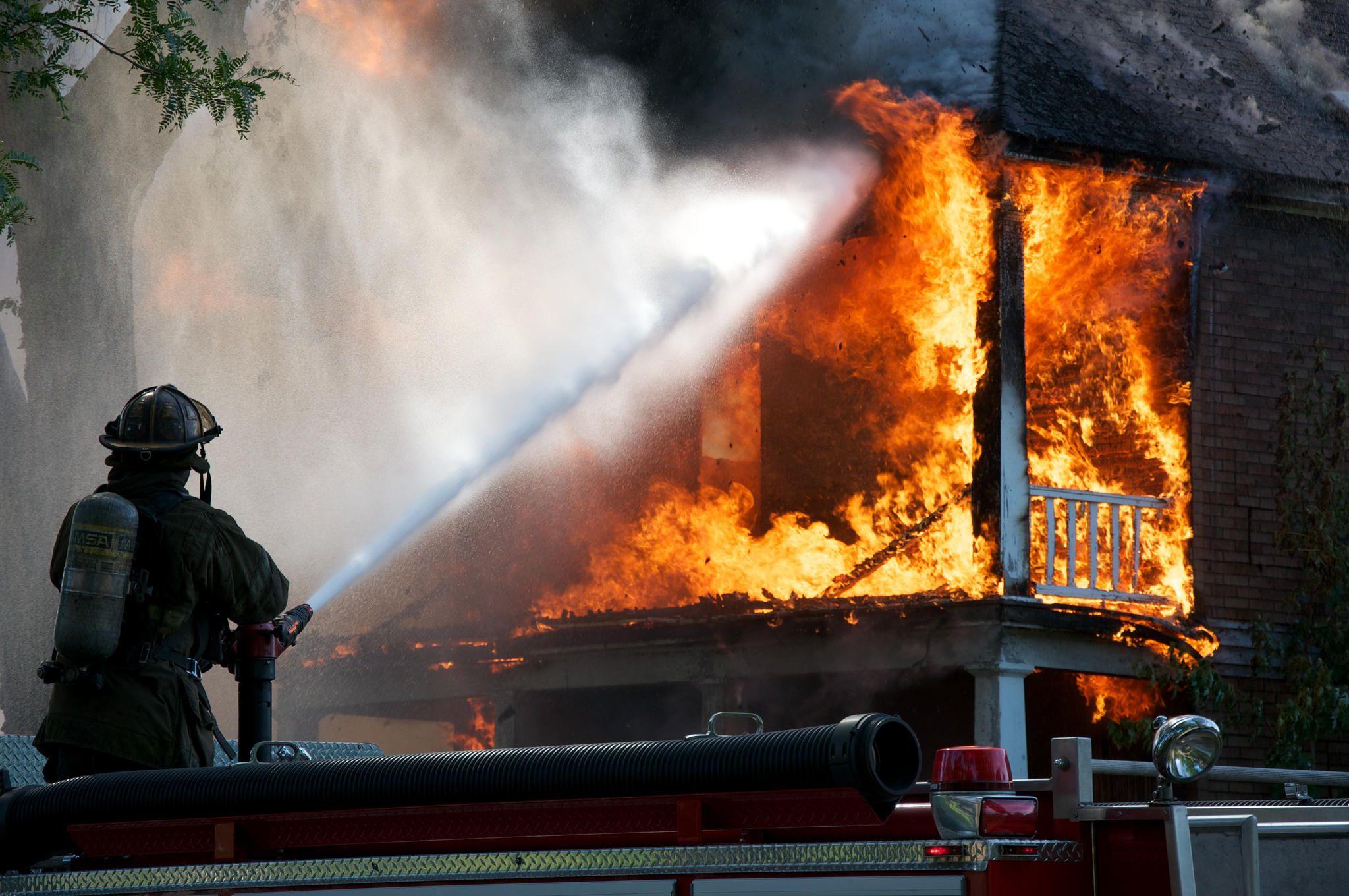 Картинка пожарные тушат пожар в частном доме