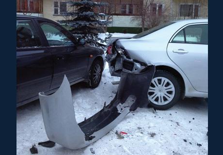 В Озерске Nissan влетел в парковку: пострадало 6 машин