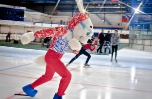 Заяц-скороход стал символом чемпионата по бегу на коньках в Челябинске