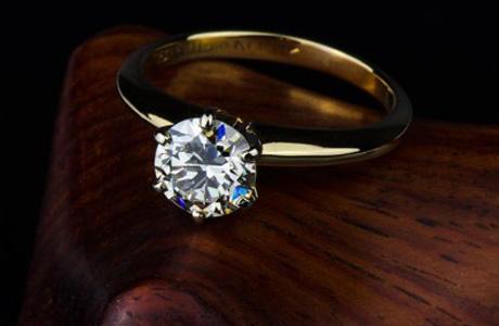 8c6194d3e05f В Челябинске няня украла и сдала в ломбард золотое обручальное кольцо с  бриллиантом