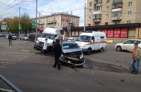Наперекрестке вМагнитогорске столкнулись иностранная машина имаршрутное такси