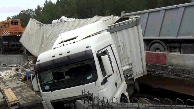 Фура перевернулась на трассе в Челябинской области