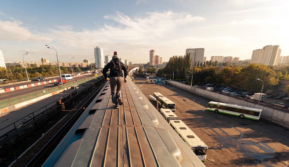 Суровые дети – суровые игры. Двое подростков катались на крыше вагона поезда