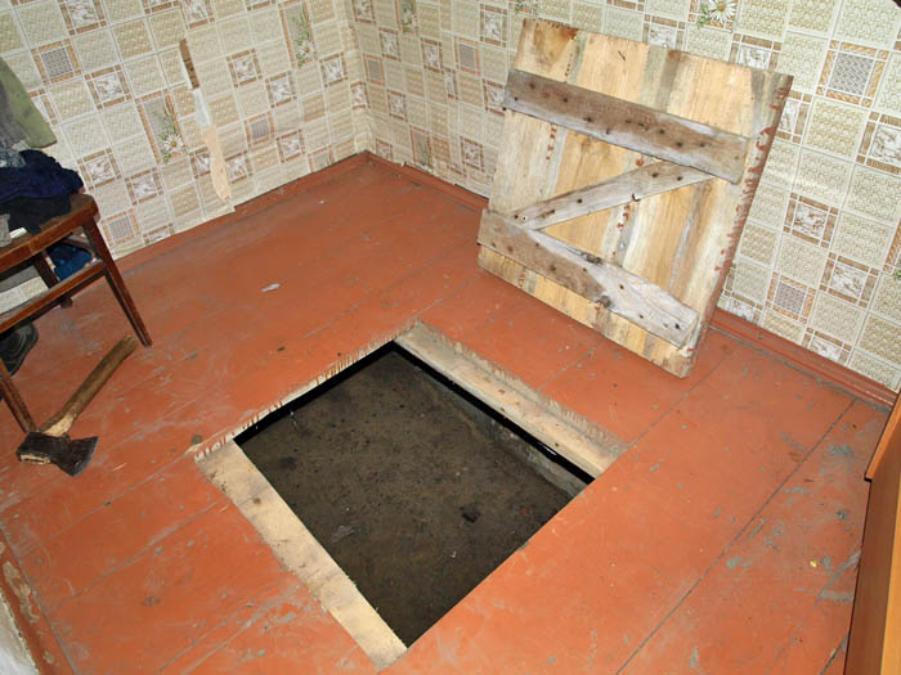 люк в подполье в деревянном