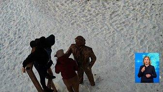 Молодые мамы сломали скульптуры в Троицке