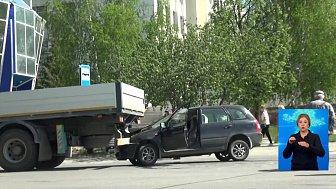 В Златоусте легковушка залетела под грузовик