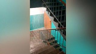 Водопад в подъезде жилого дома попал на видео в Магнитогорске