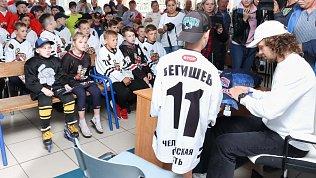 Артемий Панарин встретился сначинающими хоккеистами и воспитанниками центров помощи Коркинского района