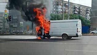 Появилось видео автомобильного пожара на перекрёстке Куйбышева и Молодогвардейцев