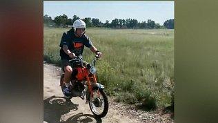 Известный хоккеист Артемий Панарин приехал в Коркино, чтобы погонять на мотоцикле