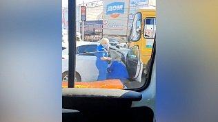 ПАЗ и «Хендай» столкнулись на улице Дарвина в Челябинске: видео очевидцев