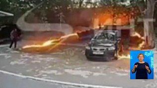 Женщина подожгла пух на парковке
