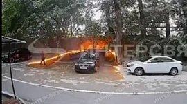 Камера домофона в Челябинске записала видео с поджигательницей пуха