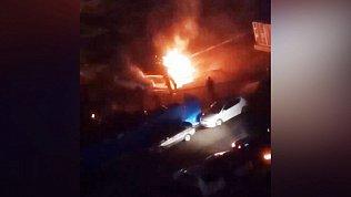 Ночное видео автомобильного пожара