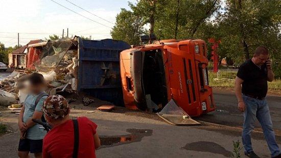 КамАЗ со строительным мусором опрокинулся в Копейске