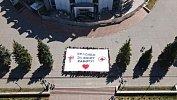 В Челябинске волонтеры растянули огромный баннер в поддержку медиков