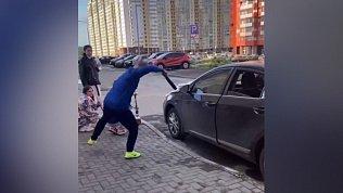В Челябинске сняли на видео нападение мужчины с ремнем на девушек