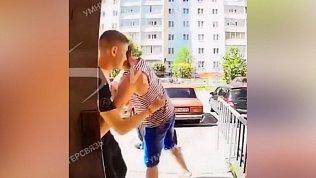 Драку у подъезда на Звенигородской в Челябинске записал на видеодомофон
