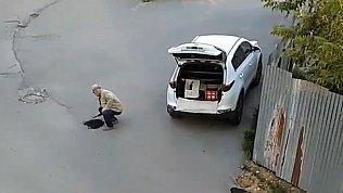 Миасцы поделились видео, как горожанин самостоятельно латает дыры на дороге