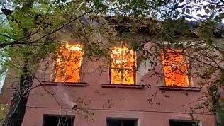 В Челябинске сняли на видео пожар в нежилом доме