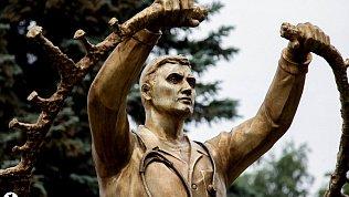 В Челябинске открыли памятник медикам впериод борьбы скоронавирусом