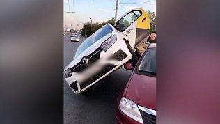 Видео необычной парковки такси обсуждают в соцсетях
