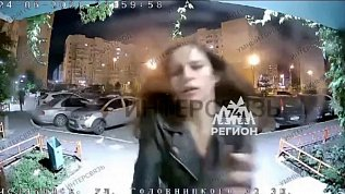 Ночную погоню за девушкой снял видеодомофон