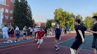 Алексей Текслер сыграл в стритбол с молодежью Челябинска