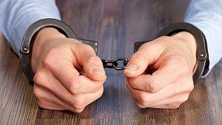 В Челябинске экс‑полицейского и директора автошколы обвинили вполучении взяток