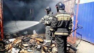 Последствия пожара в павильоне с макулатурой попали на видео в Металлургическом районе