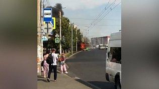 В соцсетях появилось видео автомобильного пожара на Комсомольском проспекте