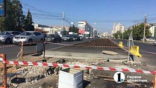 На Комсомольском проспекте вЧелябинске начали укладывать разделительный газон