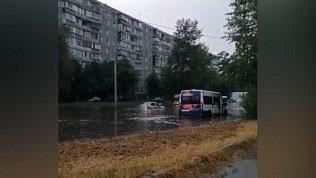 «Как корабль назовешь»: челябинцы шутят о затопленных улицах