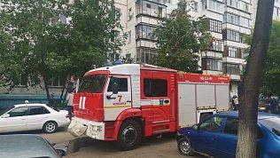 Сотрудники МЧС спасли двоих детей припожаре вчелябинской многоэтажке