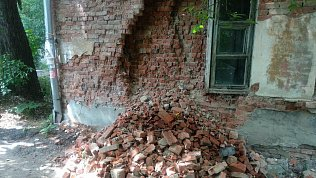 В Златоусте обрушилась кирпичная стена общежития