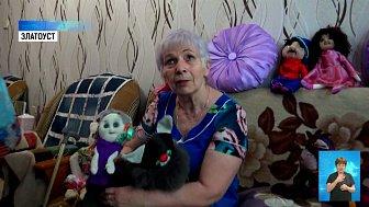 Женщина с болезнью Паркинсона делает куклы