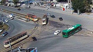 Сход трамвая с рельсов в Челябинске попал на видео