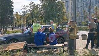 В центре Челябинска водитель снес лавочки на пешеходной зоне