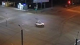 Серьезная авария на перекрестке в Челябинске попала в объектив камеры