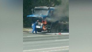 КамАЗ загорелся прямо на дороге: видео очевидцев
