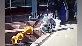 Видео с питерского вокзала: малыши упали с перрона на рельсы