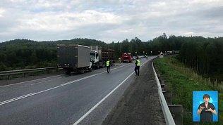 Иномарка столкнулась с грузовиком