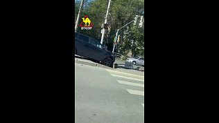 В Челябинске водитель несправился суправлением ивлетел вбордюр