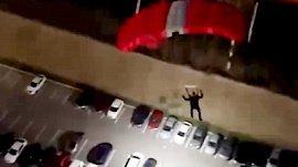 Парашютист-экстремал в Екатеринбурге попал на видео
