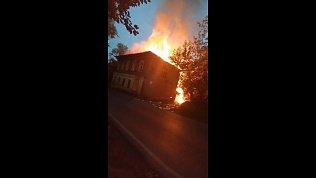 В Златоусте загорелся заброшенный барак