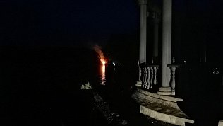В сеть попало видео горящего в Сатке средневекового острова