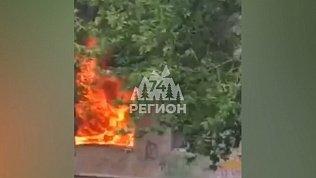 В Екатеринбурге очевидцы сняли на видео тушение пожара после взрыва в квартире